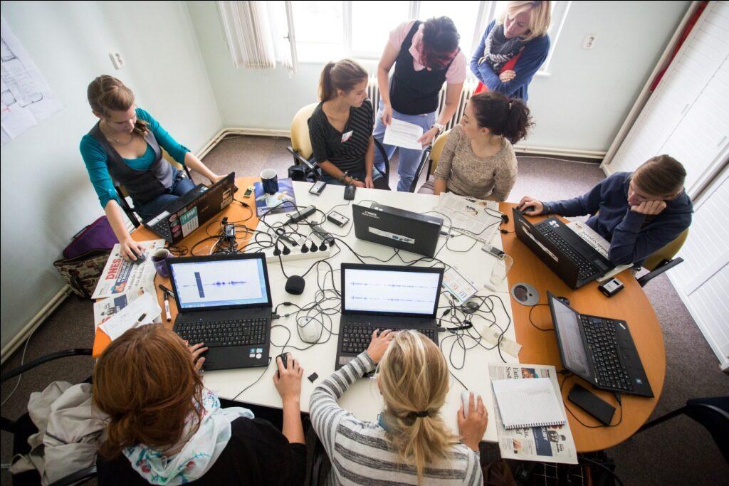 Studenti na letní žurnalistické škole