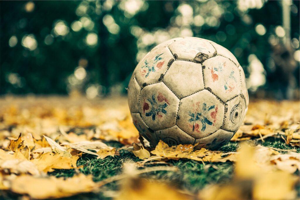 Fotbalový míč patří na vesnici