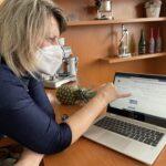 Ilona Hrevuš ukazuje prostředí MS Teams